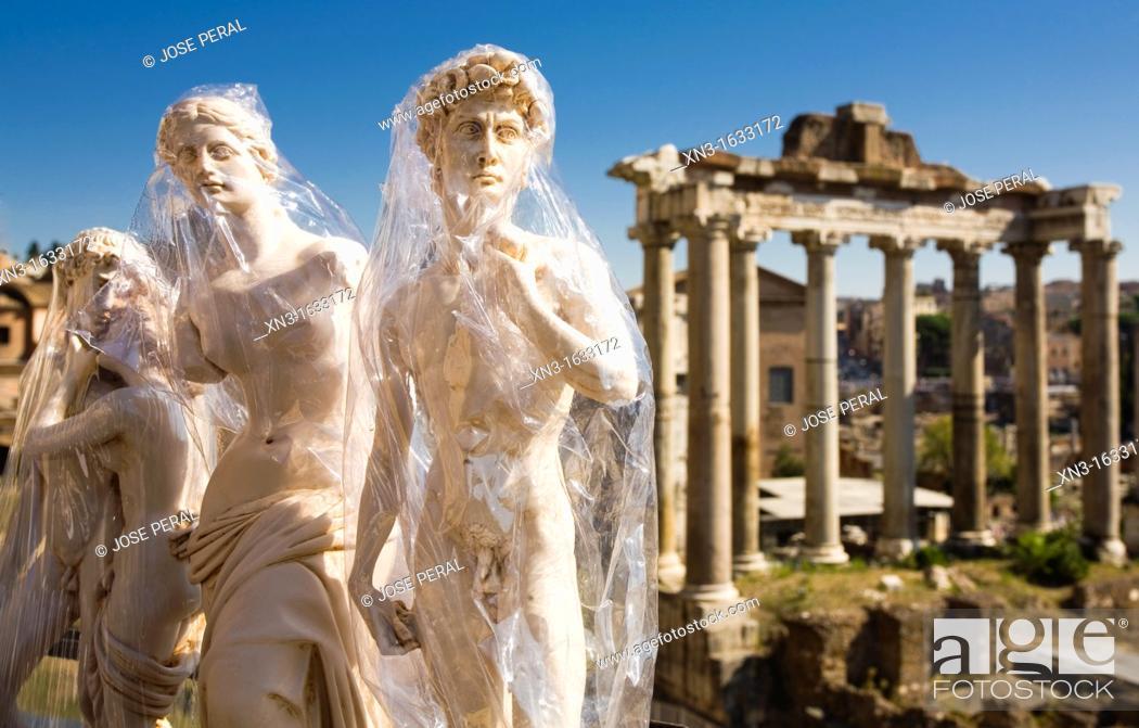 Imagen: Venus of Milo, Michelangelo's David souvenirs, on background Temple of Saturn, Forum Romanum, Roman Forum, Rome, Lazio, Italy, Europe.