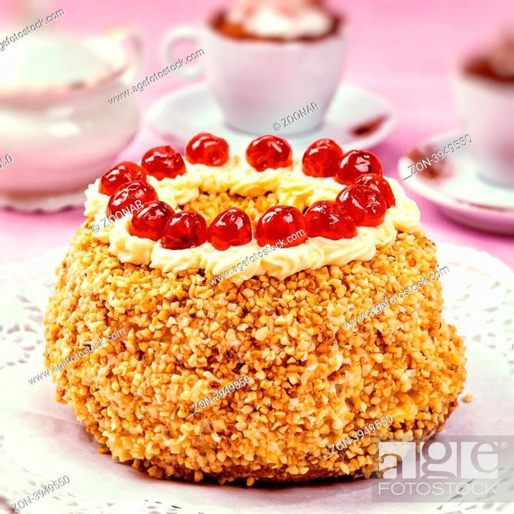 Kuchen Frankfurter Kranz Art Mit Sahne Und Kirsche Verziert Stock
