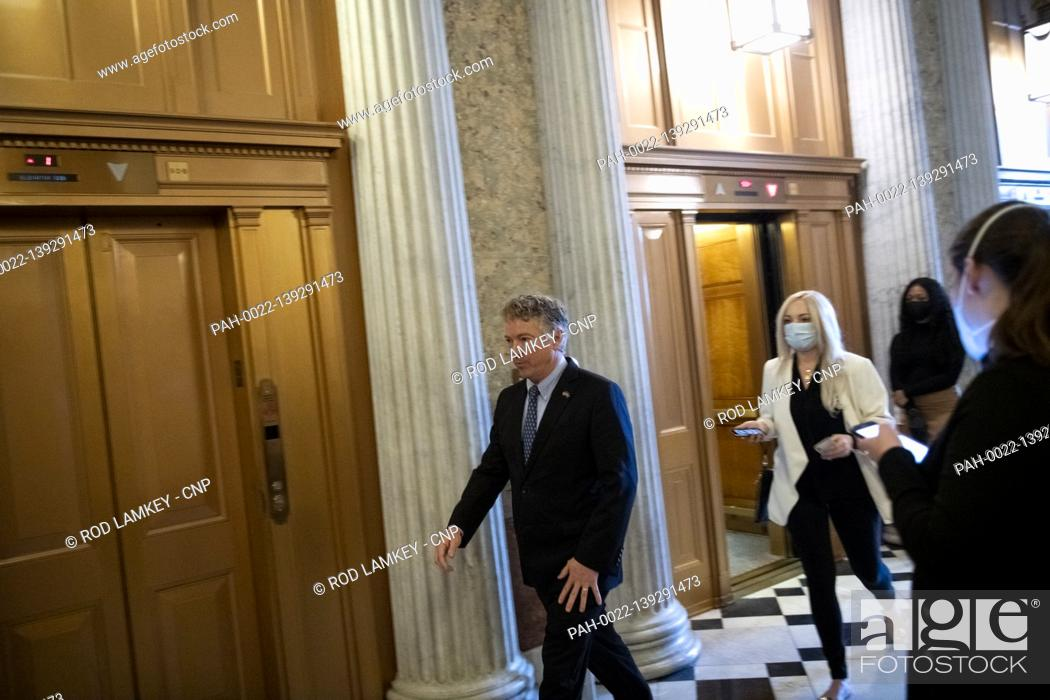 Imagen: United States Senator Rand Paul (Republican of Kentucky) arrives for a procedural vote prompted by him to declare the impeachment proceedings against former.