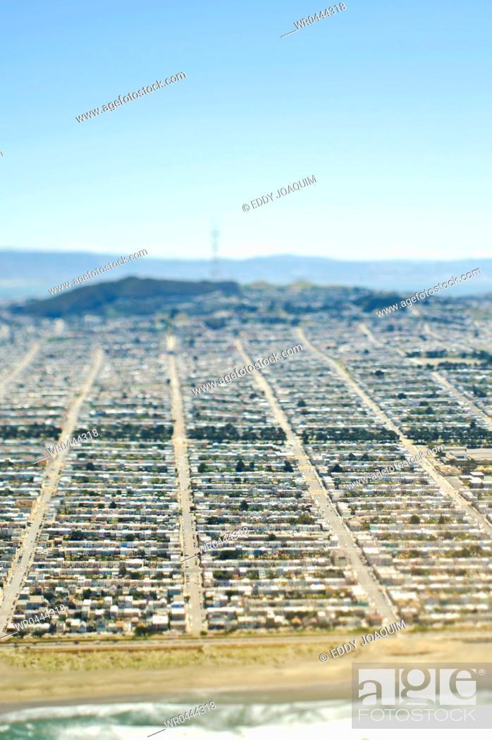 Imagen: Suburban Tract Housing Against the Coast.