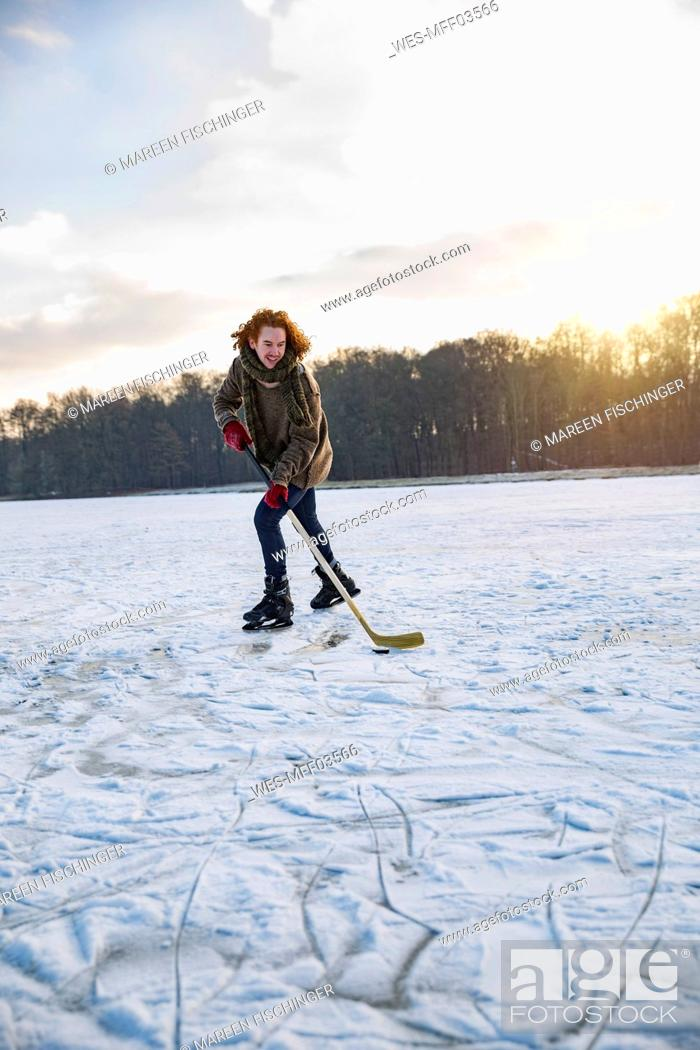 Imagen: Man playing ice hockey on frozen lake.