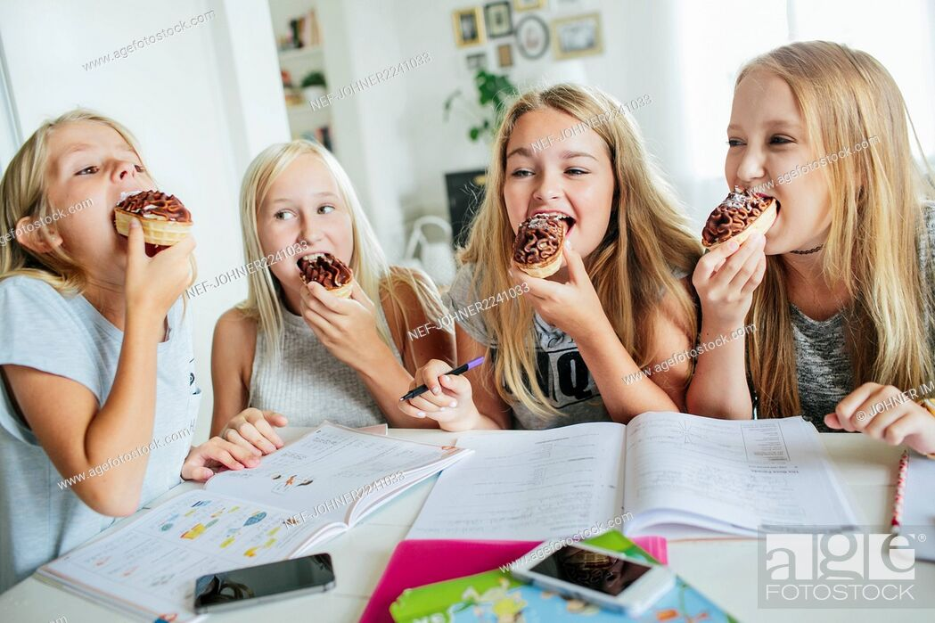 Imagen: Girls having snack while they learning together.