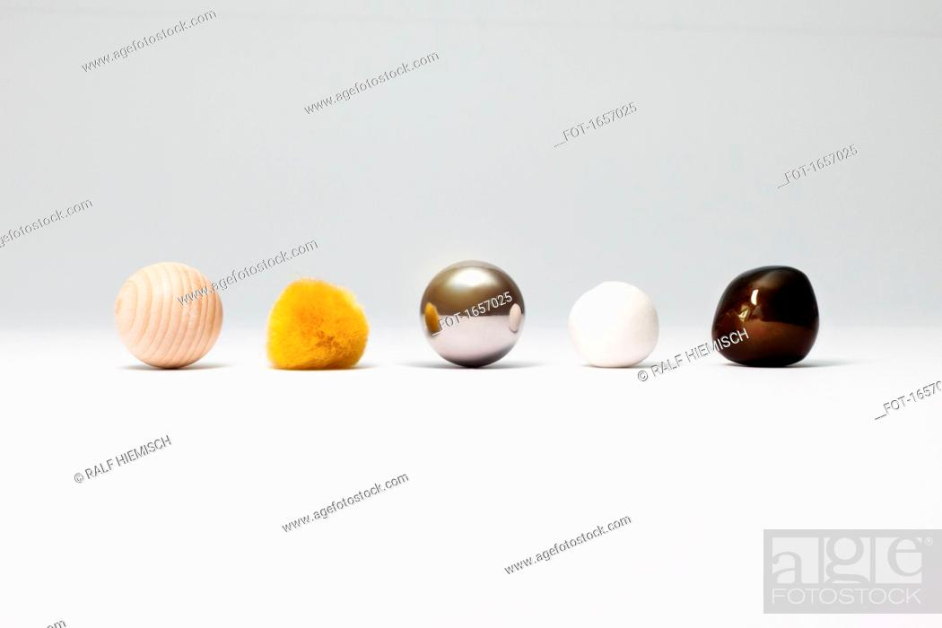 Imagen: Various spherical objects arranged on white background.