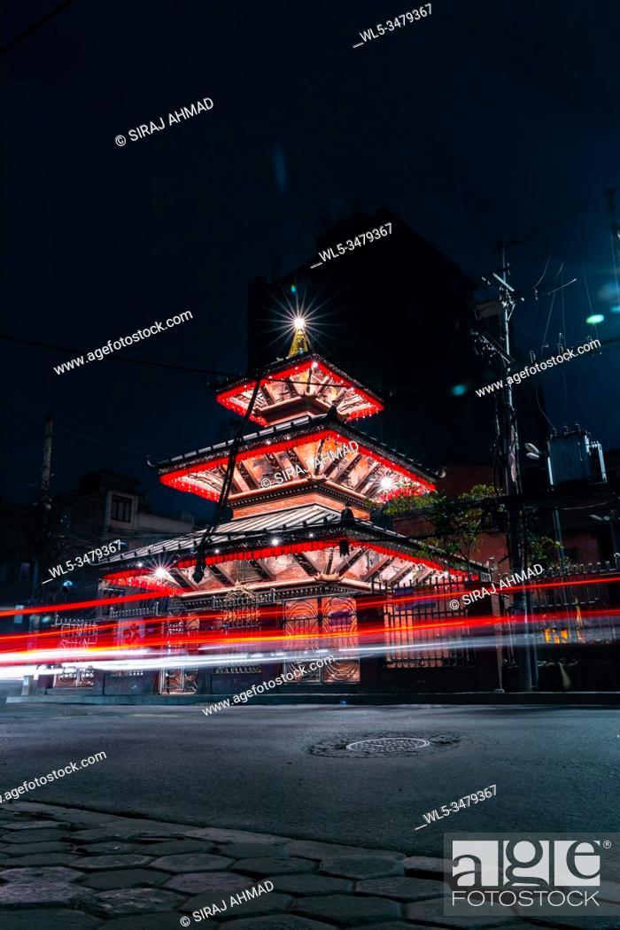 Imagen: Long exposure of a well illuminated Hindu Temple at night.