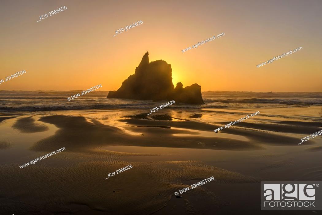 Imagen: Sea stack and setting sun, Arcadia Beach State Scenic area, Oregon, USA.