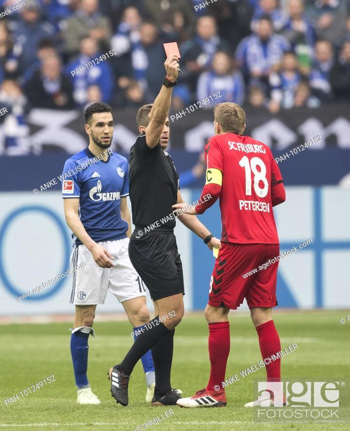Referee Tobias Stieler Zeigt Nils Petersen R Fr Die Gelb