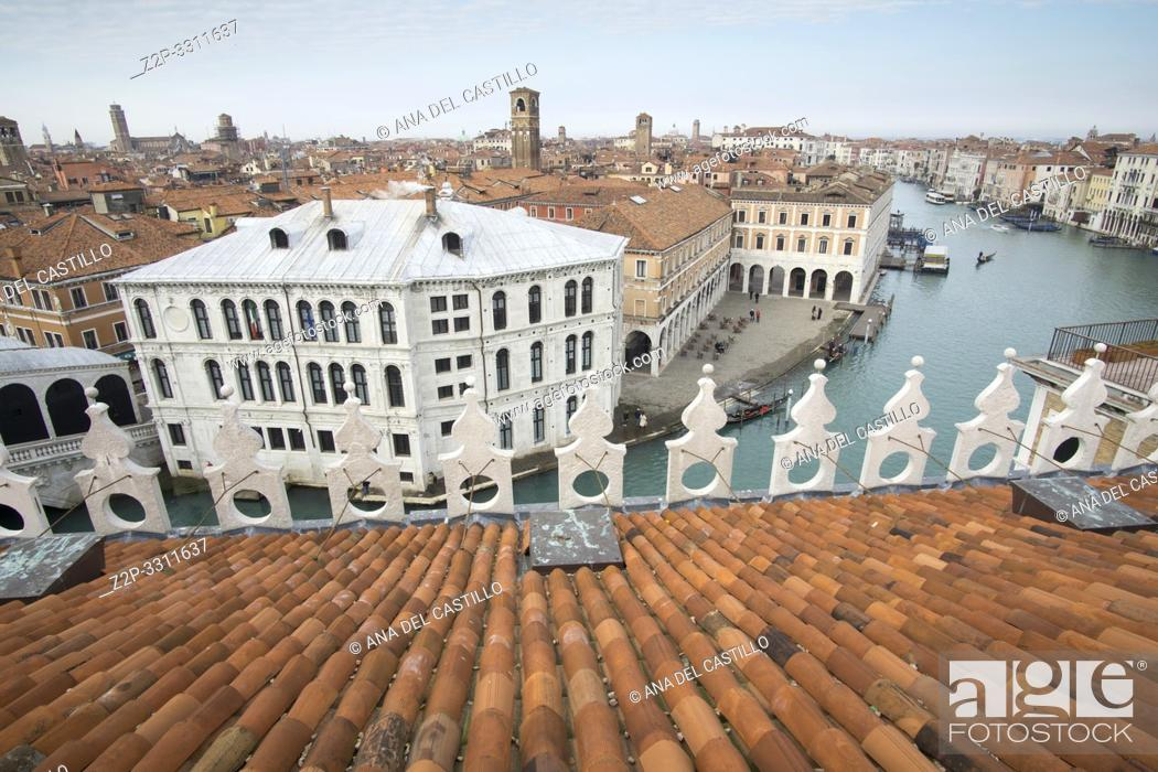 Imagen: Venice Veneto Italy on January 20, 2019: Aerial view from the top of Fondaco dei Tedeschi, luxury department store terrace.