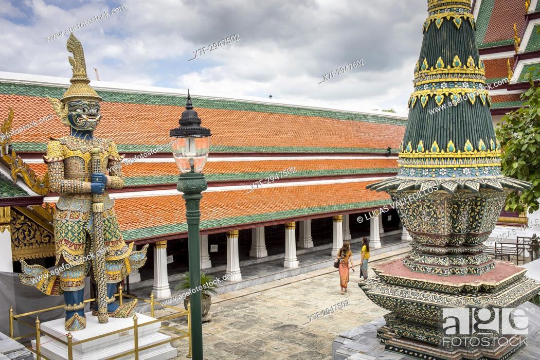 Stock Photo: Tourists, at Emerald Buddha Wat Phra Kaeo temple, Grand Palace, Bangkok, Thailand.
