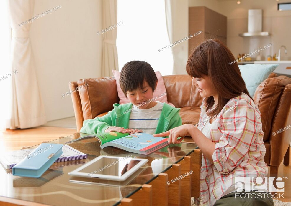 Imagen: Mother and son studying in a living room.