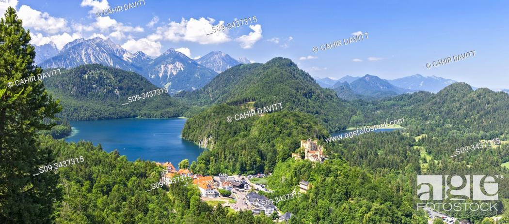 Photo de stock: View from Jugend lookout point towards Schloss Hohenschwangau Castle and the Alpsee and Schwansee Lakes, Hohenschwangau, Schwangau, Bavaria, Germany.
