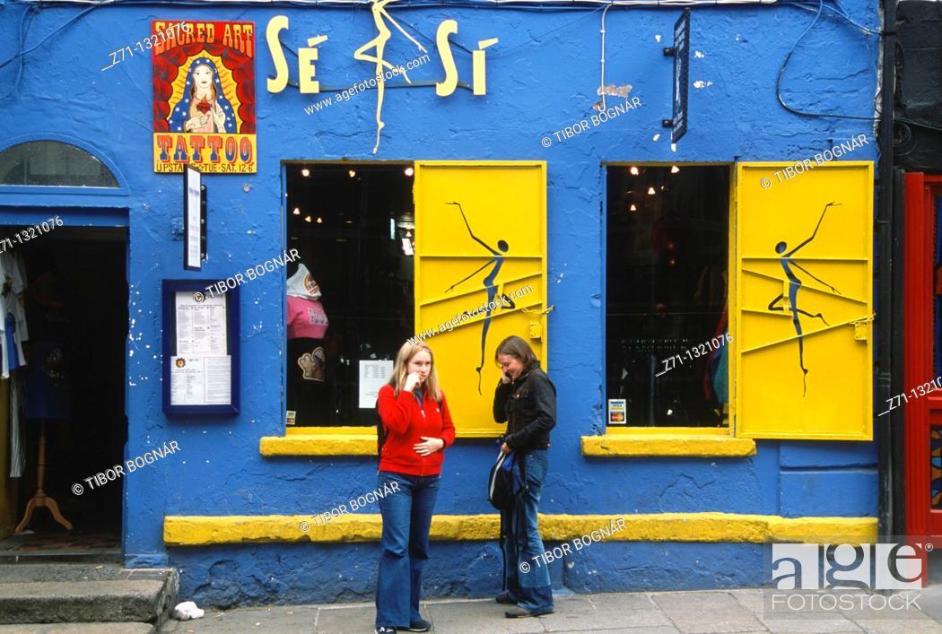 Stock Photo: Ireland, Dublin, Temple Bar, street scene, shop, people.