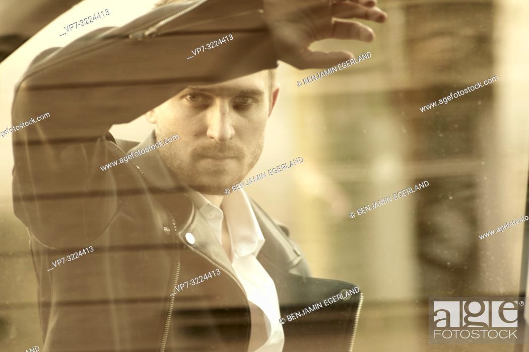Imagen: man behind window.
