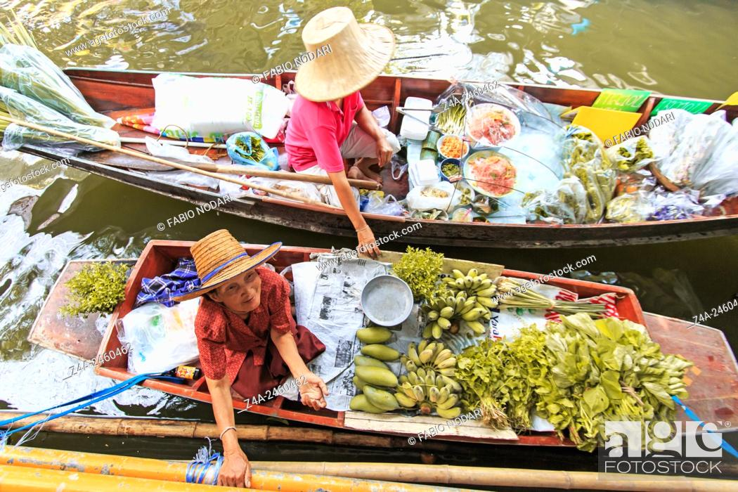 Photo de stock: Bangkok, Thailand: Old woman selling fruits and vegetables in a traditional floating market.