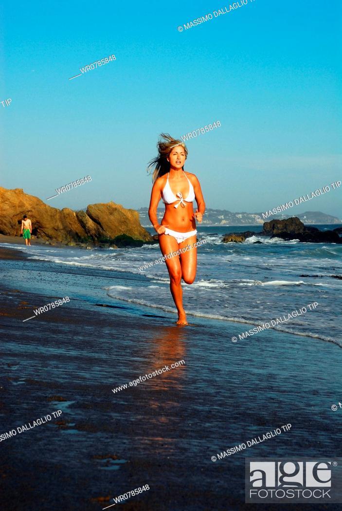 Imagen: Woman runnig on the seashore.