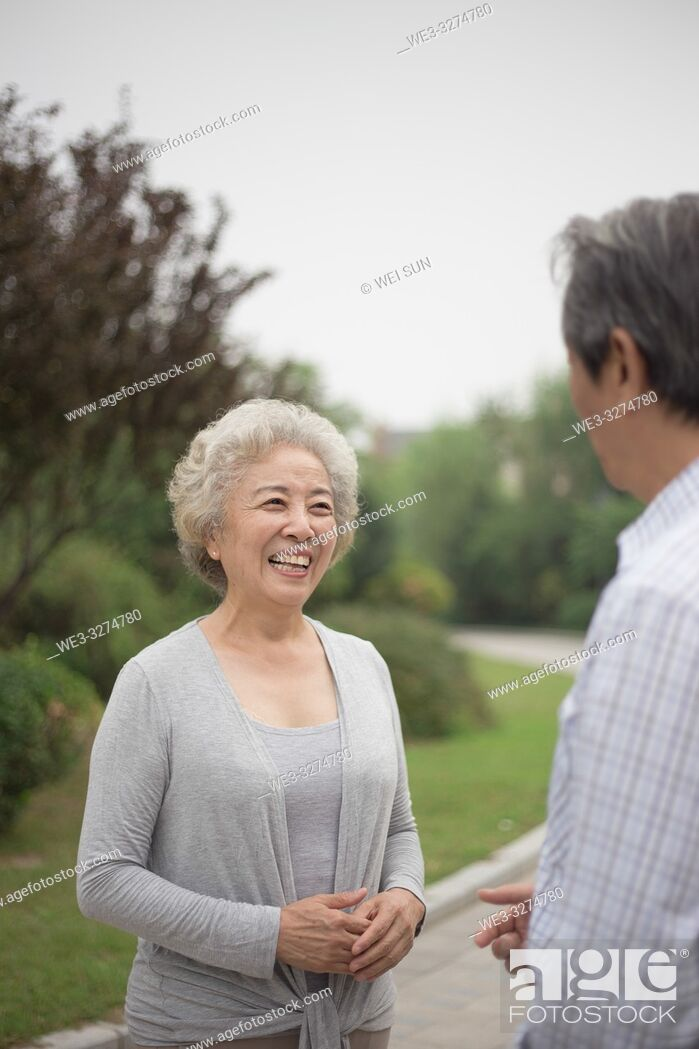 Imagen: Elderly couple outdoors.