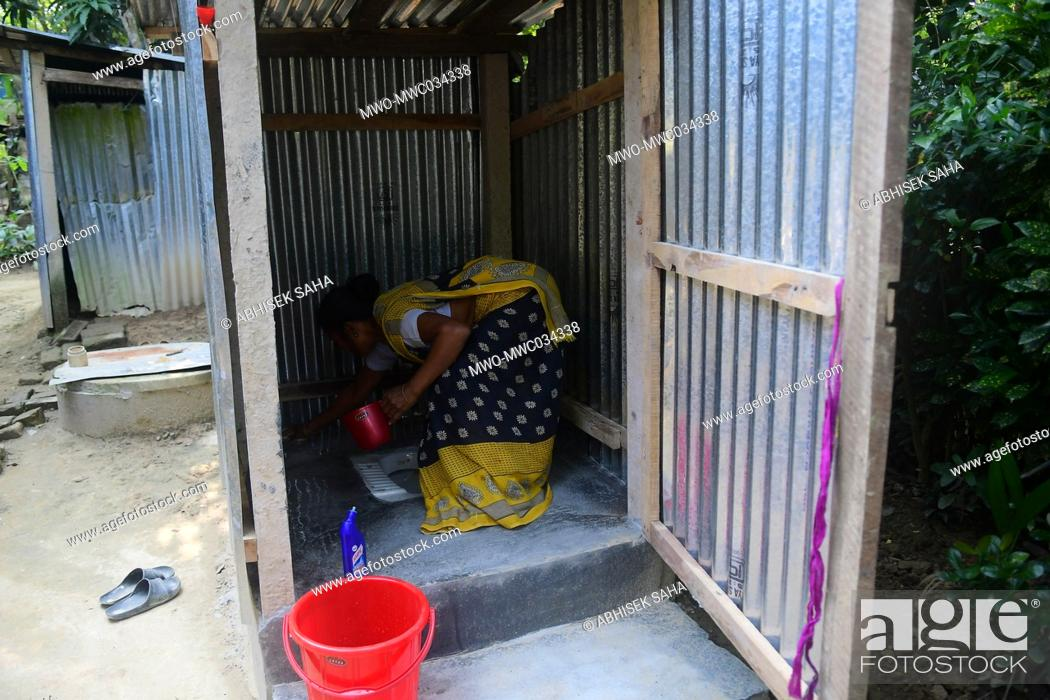 Imagen: Agartala, Tripura, India. 20th November 2020. A villager cleans her toilet for a project initiated by the government under the theme MISSION 100 in Tuibandal.