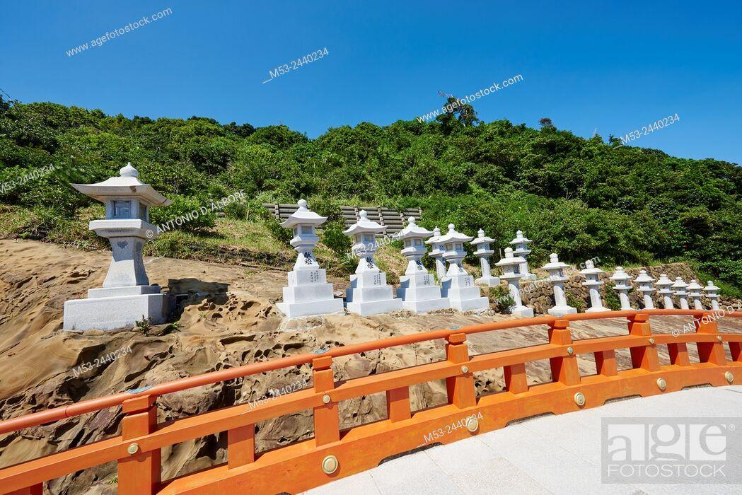 Imagen: Japanese stone lanterns lined up at Udo-jingu, a taoist shrine in Nichinan City. Miyazaki Prefecture. Japan.