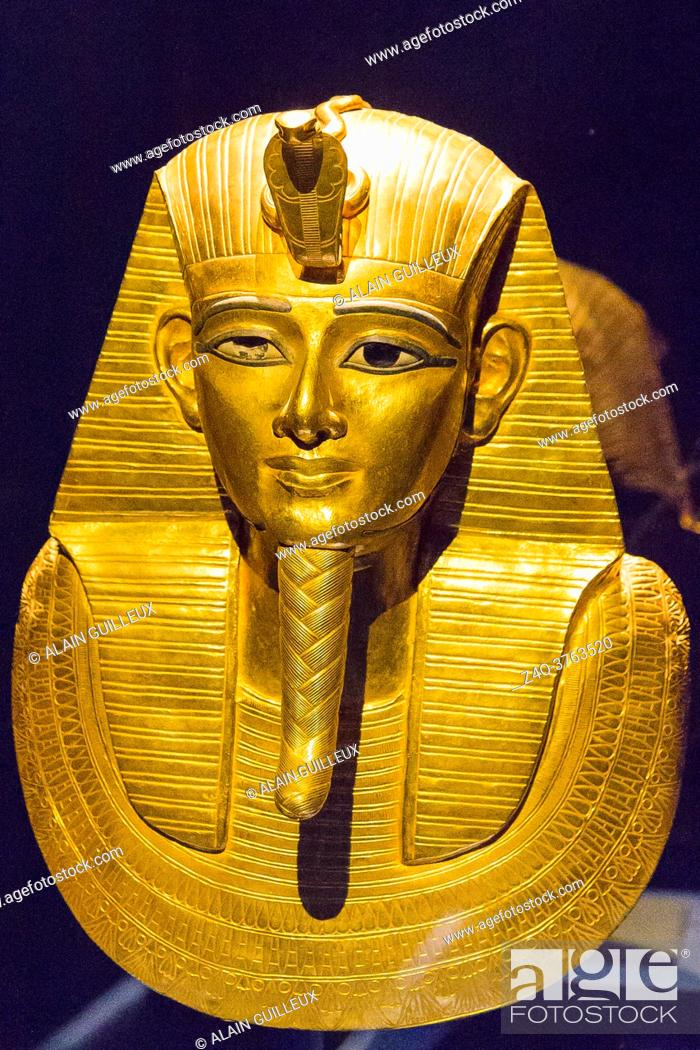 Imagen: Egypt, Cairo, Egyptian Museum, jewellery found in the royal necropolis of Tanis, burial of the king Psusennes I : Gold mask covering the upper part of the mummy.
