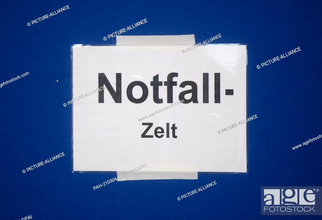 """Imagen: 04 March 2021, Lower Saxony, Hanover: An """"""""Emergency Tent"""""""" notice hangs from the Corona virus vaccinations at the Lower Saxony Central Police Directorate."""