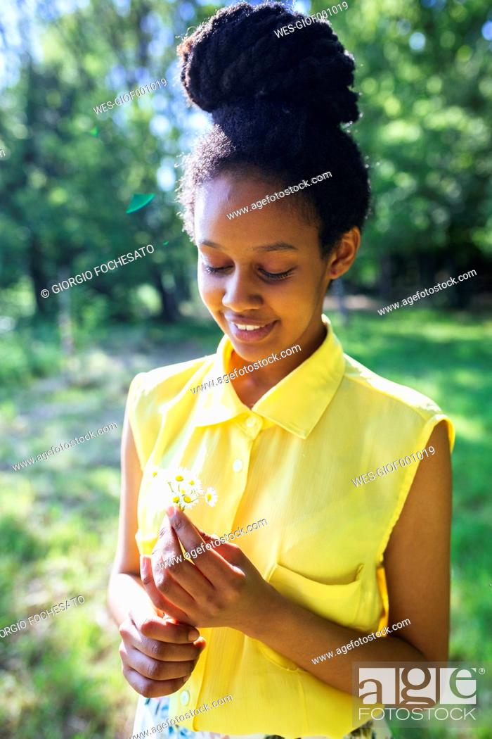 Photo de stock: Portrait of smiling young woman with daisies.