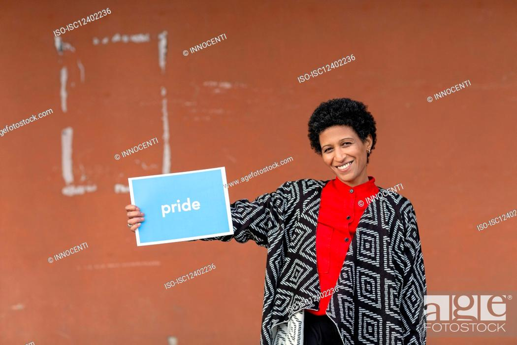 Photo de stock: Italy, Tuscany, Pistoia, Smiling woman holding sign.