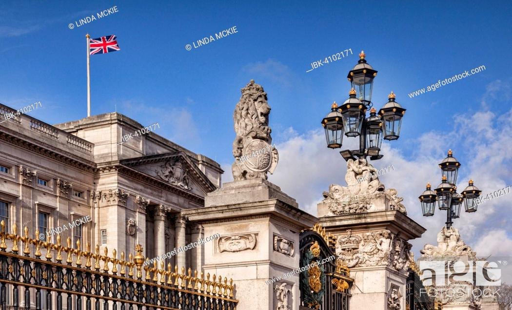 Imagen: The gates of Buckingham Palace, Victoria Memorial, The Mall, London, England, United Kingdom.