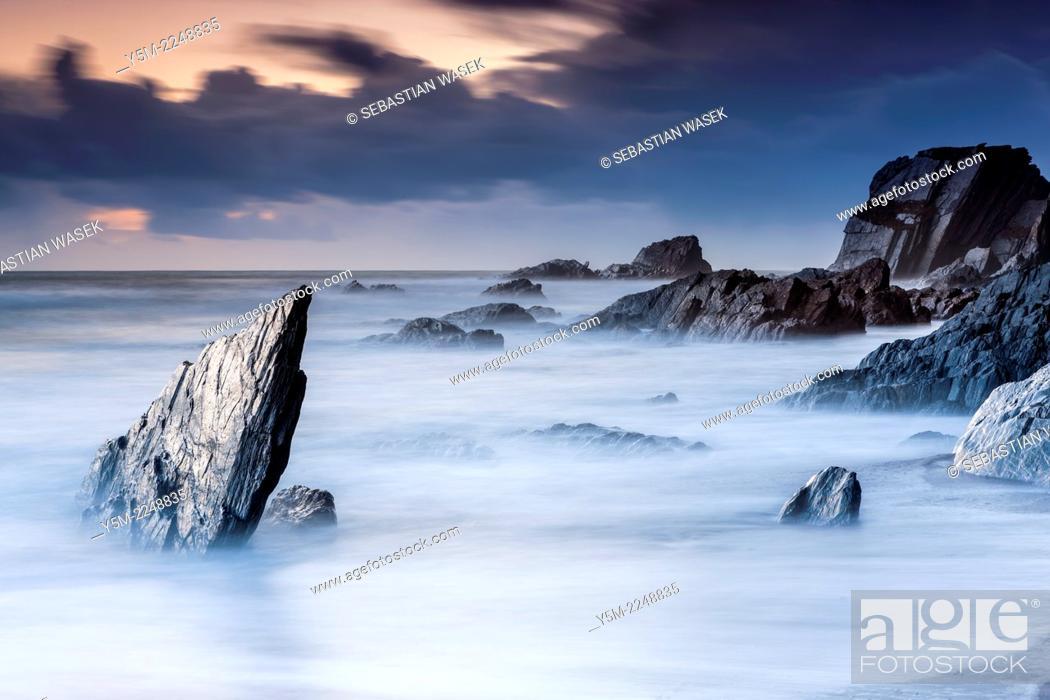 Imagen: Rocky Coast at Ayrmer Cove in South Devon, South Hams, England, United Kingdom, Europe.
