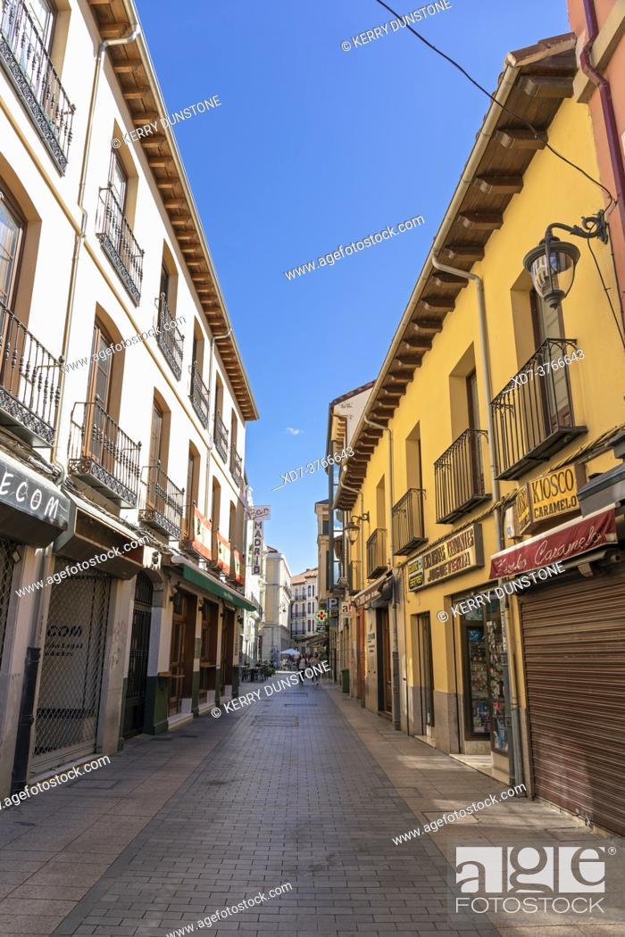 Imagen: Europe, Spain, Leon, Shops and flats on Calle Cervantes.