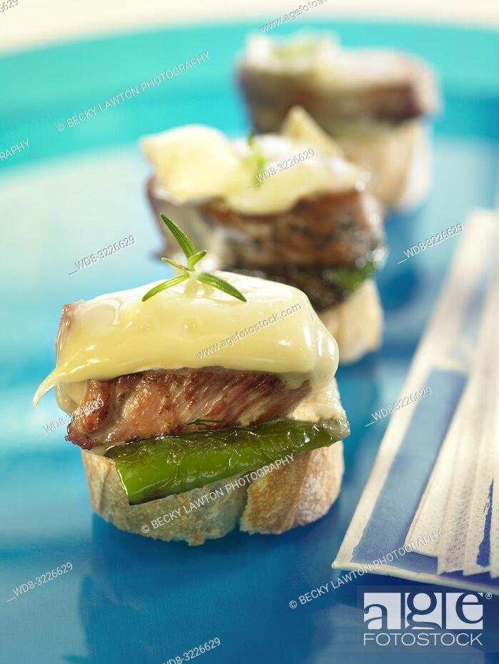 Imagen: montadito de solomillo de cerdo con queso brie / montadito of pork sirloin with brie cheese.