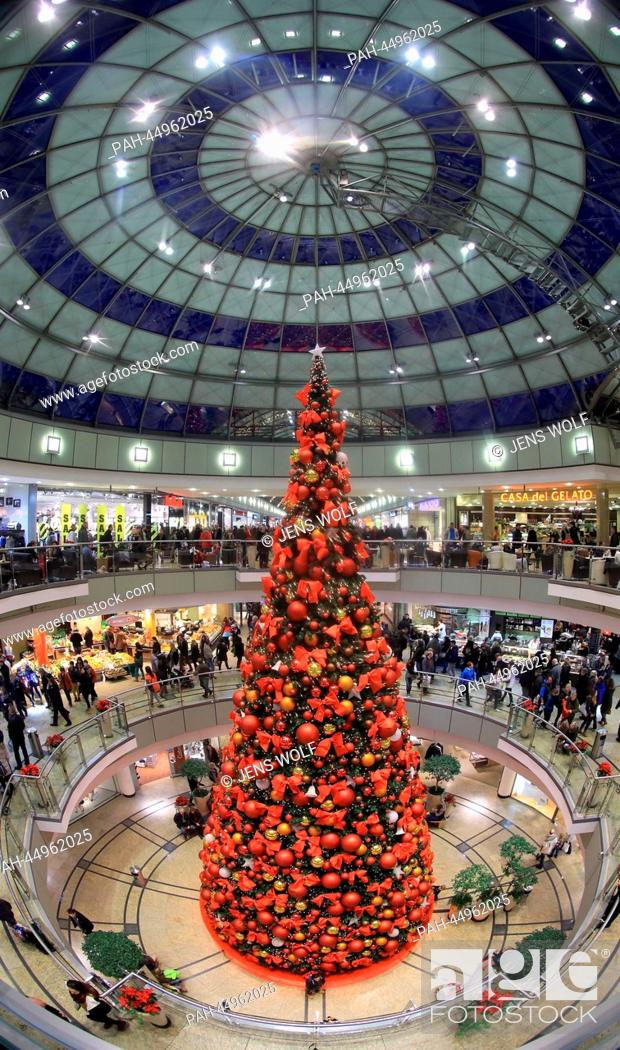 Stock Photo: People do their Christmas shopping in the decorated mall 'Allee-Center' in Magdeburg, Germany, 21 December 2013. Photo: Jens Wolf / dpa | usage worldwide.