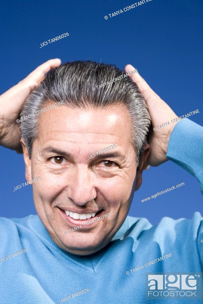 Imagen: Mature man holding head.
