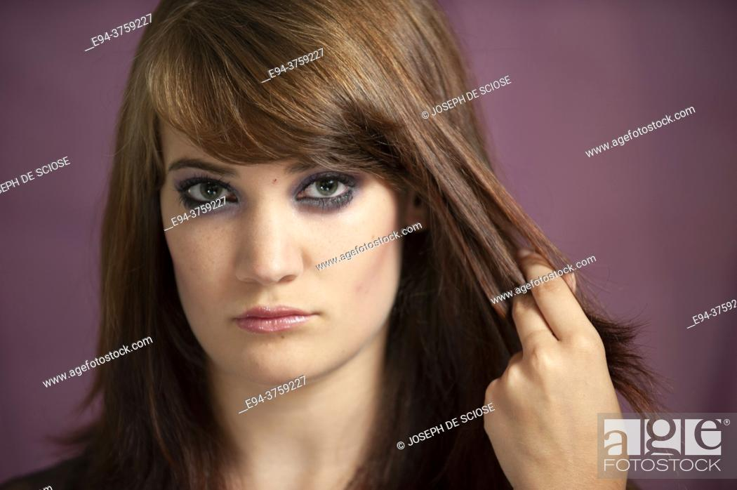Imagen: A portrait of a 18 year old brunette woman looking directly at the camera.