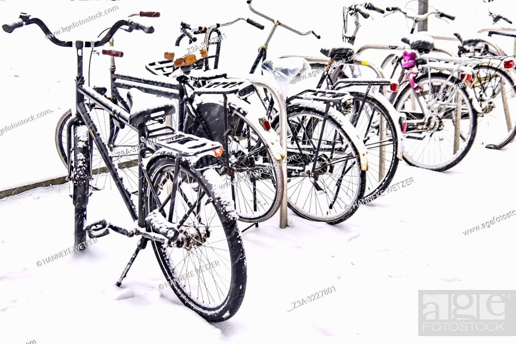 Imagen: Snowed under bicycles in Eindhoven, The Netherlands, Europe.