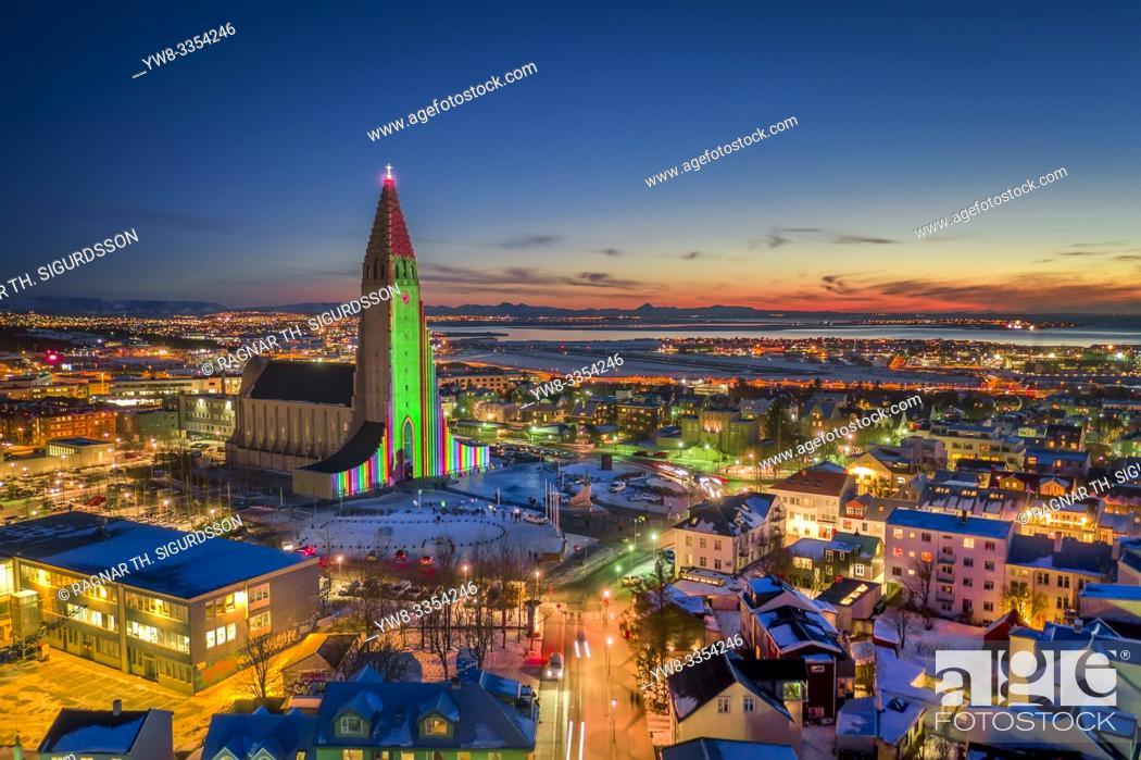 Photo de stock: Hallgrimskirkja Church, colorful lights during The Winter lights Festival, Reykjavik, Iceland.