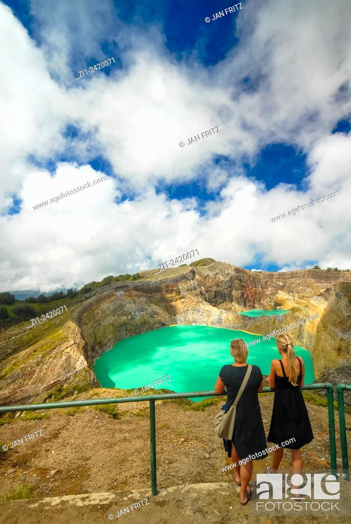 Imagen: tourists at colourful volcanic lake of kelimutu volcano at flores indonesia.