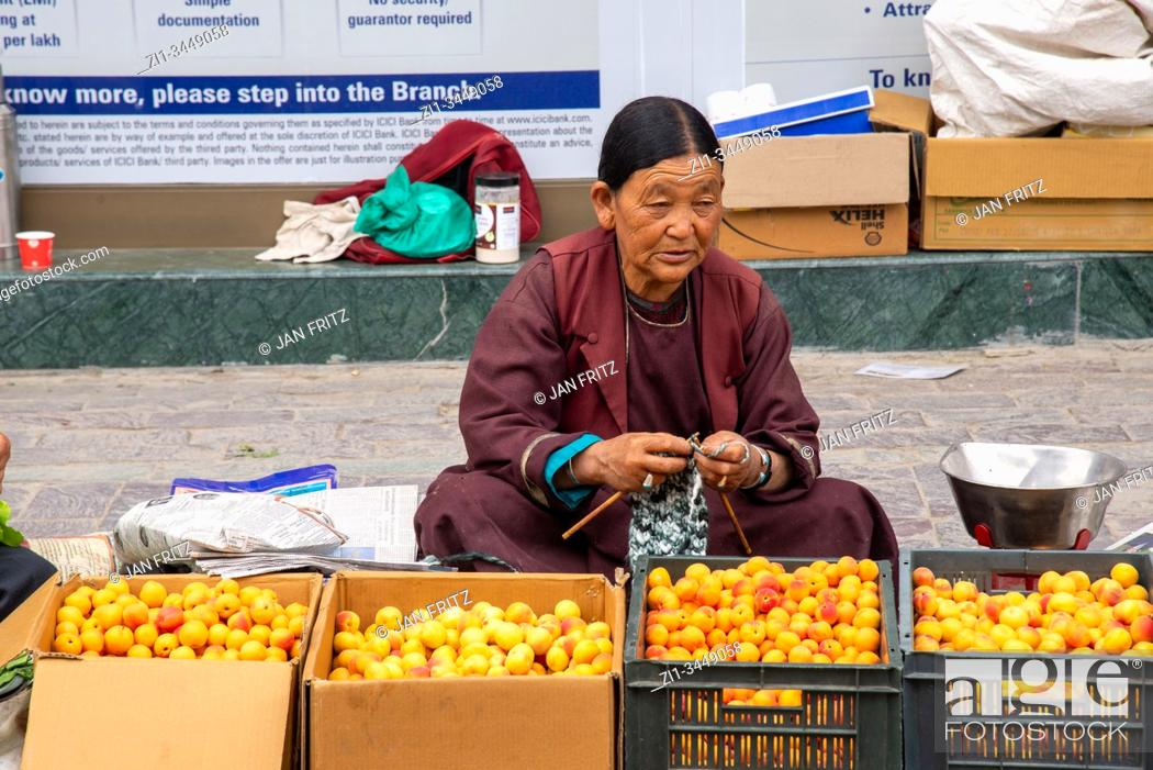 Imagen: woman selling abricots at streetmarket in Leh, Ladakh, India.
