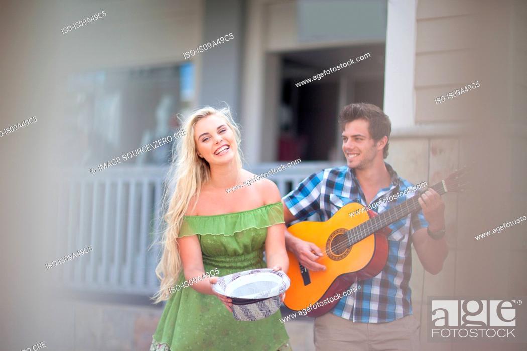 Imagen: Couple playing music on street.