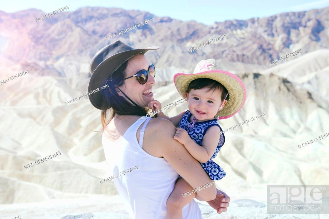 Imagen: USA, California, Death Valley National Park, Twenty Mule Team Canyon, happy mother and baby girl.