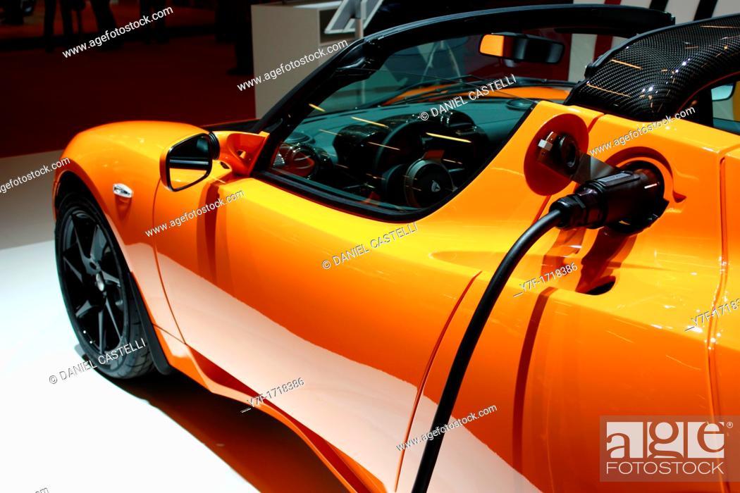 Imagen: Hybrid electric vehicle Tesla car with electric pump.