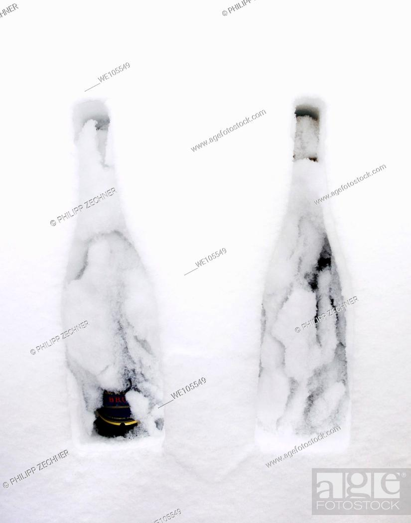 Imagen: Two bottles of Champagne in the snow.