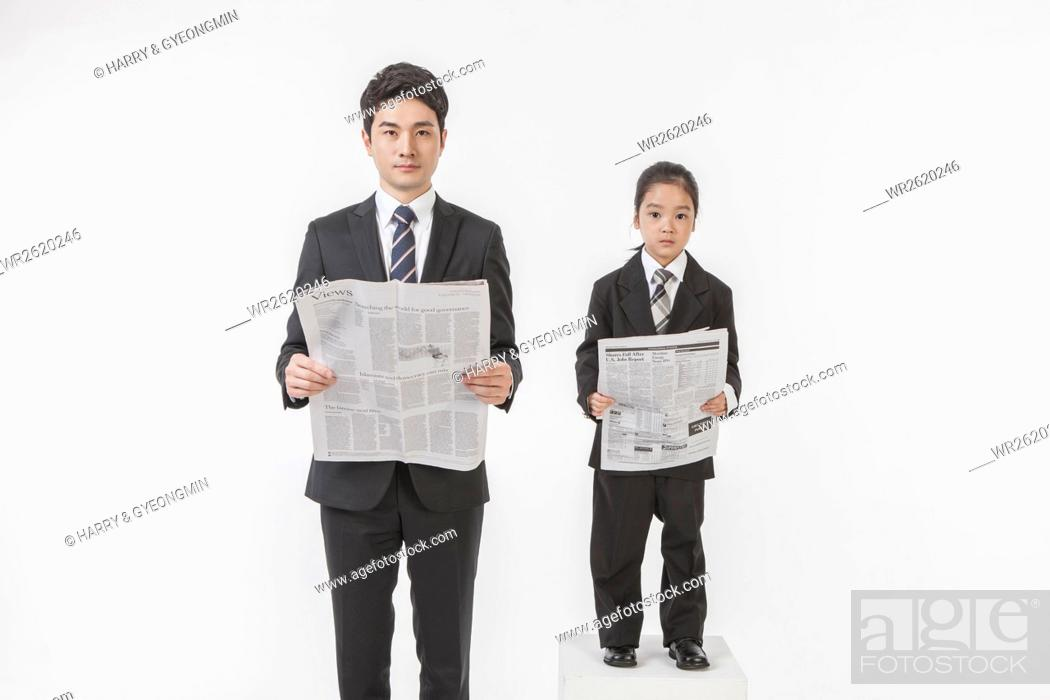 Imagen: Businessman and his daughter with newspapers.
