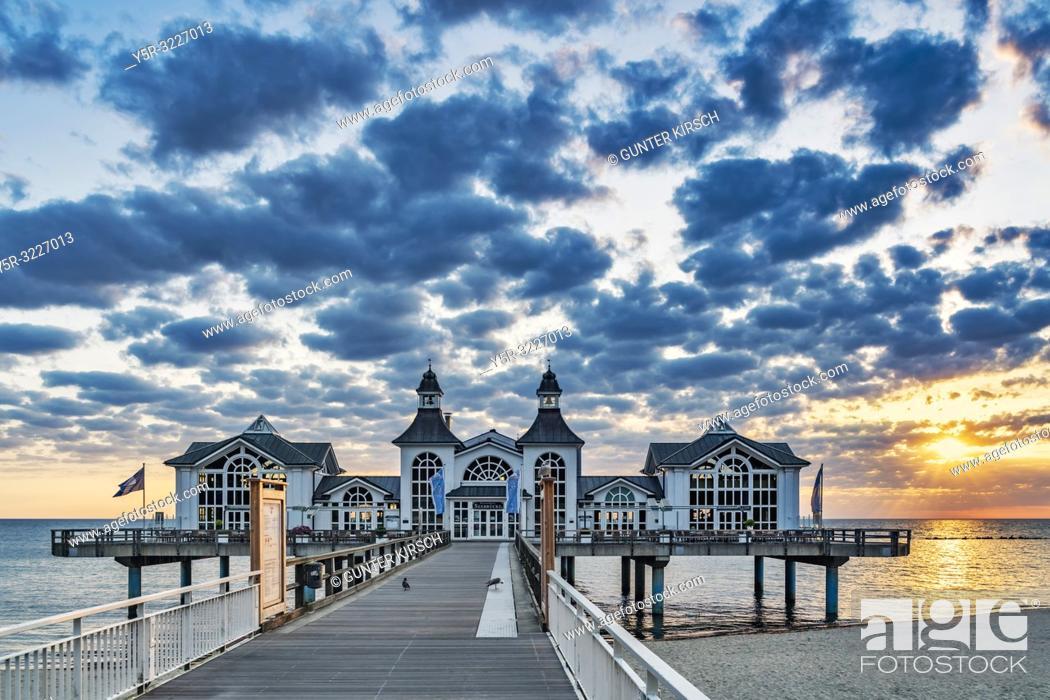 Imagen: The Sellin Pier is a pier at the Baltic Sea. The pier is 394 meters long. It was inaugurated in 1998, Sellin, Ruegen Island, County Vorpommern-Ruegen.