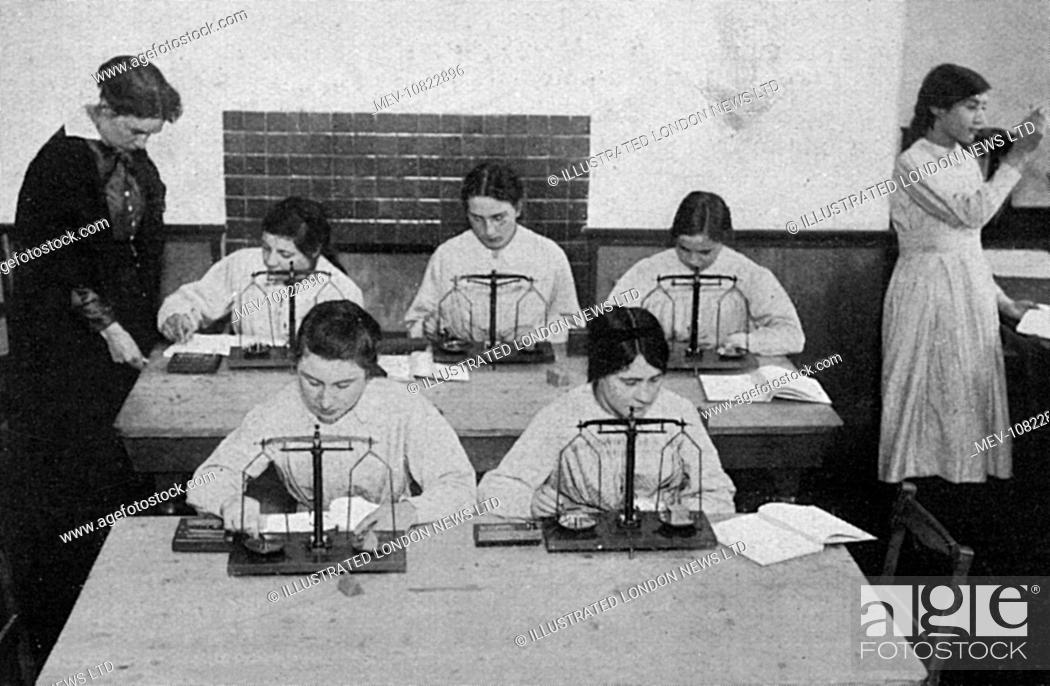 Photo de stock: Women at a London County Council school in Hammersmith, training in chemistry following the acceptance of women dispensers by the Army medical authorities.