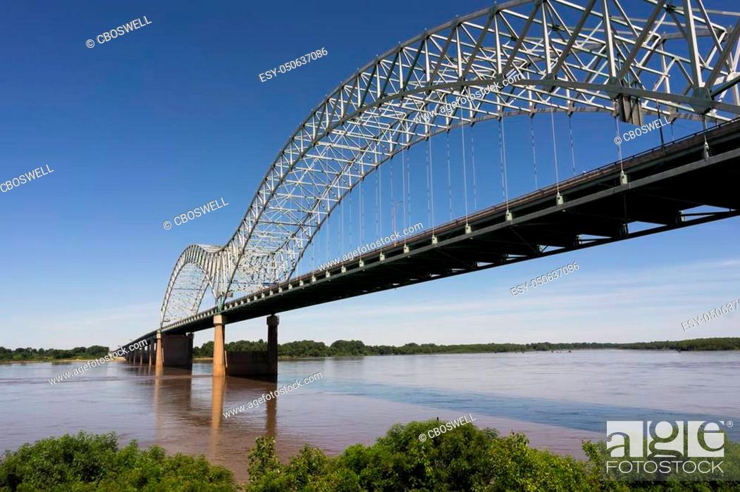 Photo de stock: The Mississippi River flows under the Hernando de Soto Bridge looking towards Arkansas.