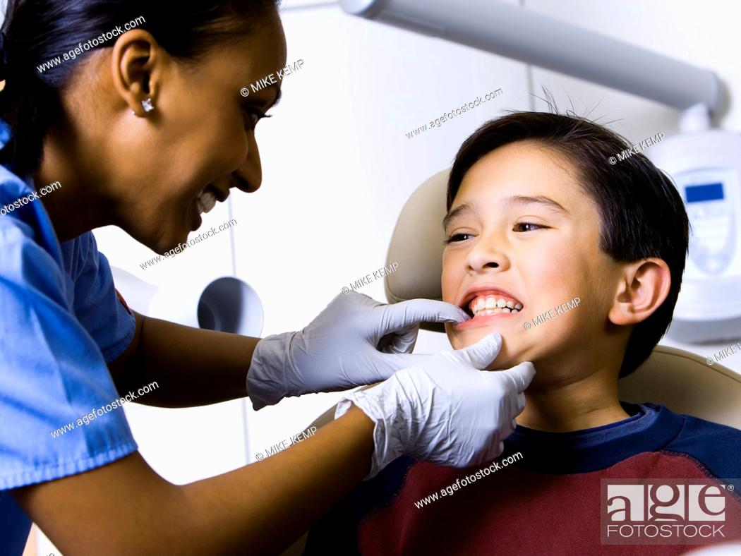 Imagen: Boy having dental exam.