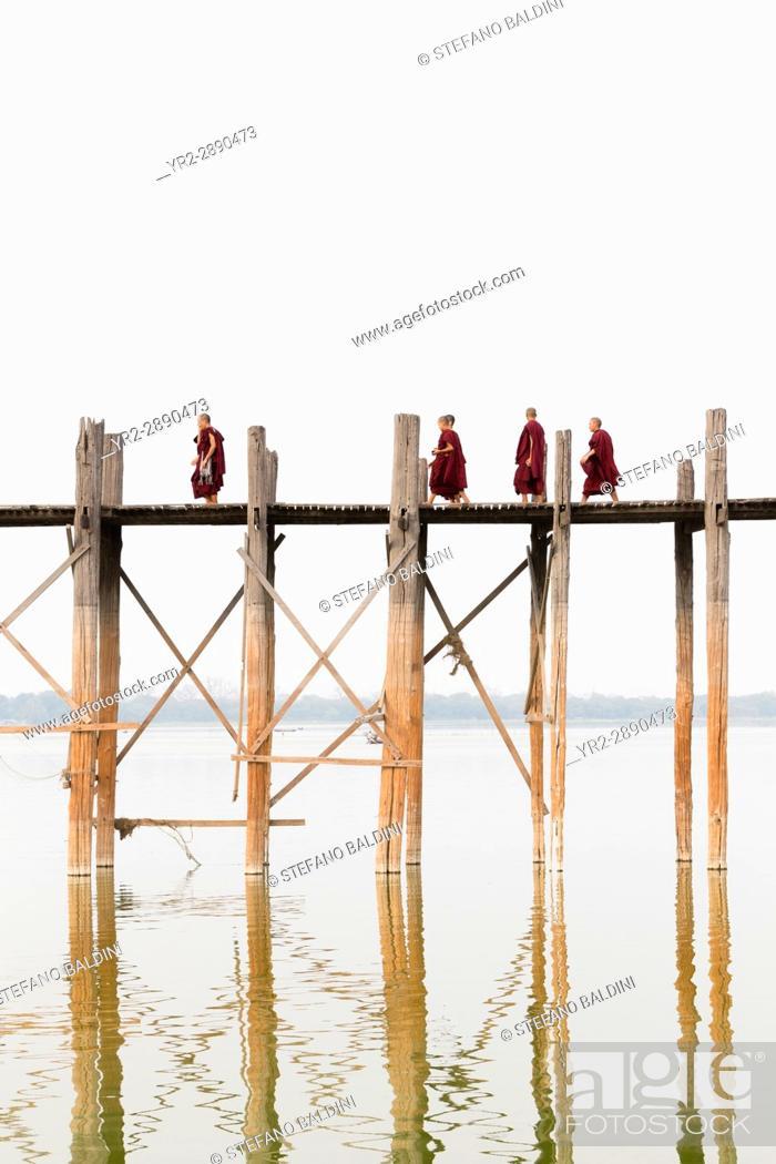 Imagen: Monks crossing U Bein bridge, Amarapura's Taungmyo lake, Mandalay region, Myanmar.