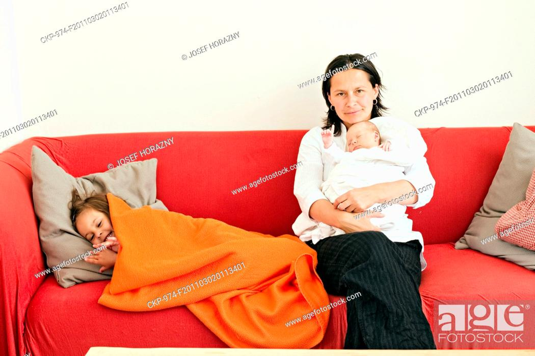 Imagen: mother, woman, child, children, baby, girl, sister, sibling, family.
