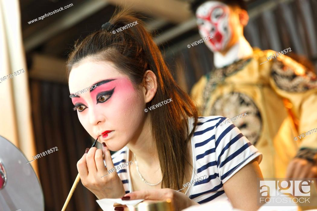 Photo de stock: The performer in the dressing room make up.