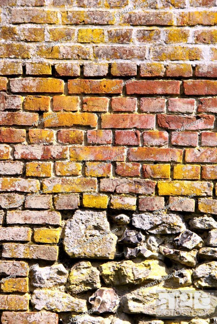 Imagen: Structure of stones wall in southwest of France made with limestone and bricks.