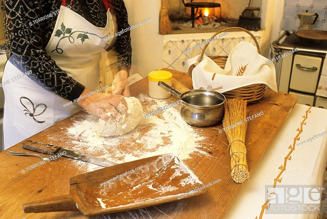 Italy, Emilia-Romagna, Gambettola, preparing the piadina, local